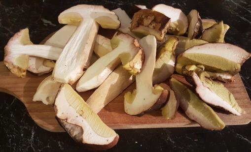 phot de cèpes coupés en lamelles pour la cuisson